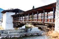 Pont traditionnel accédant au Dzong