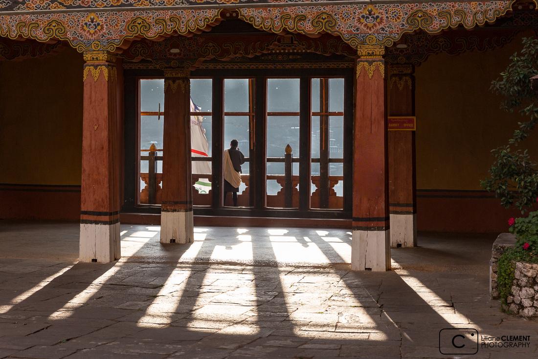 Dans une cour du Dzong