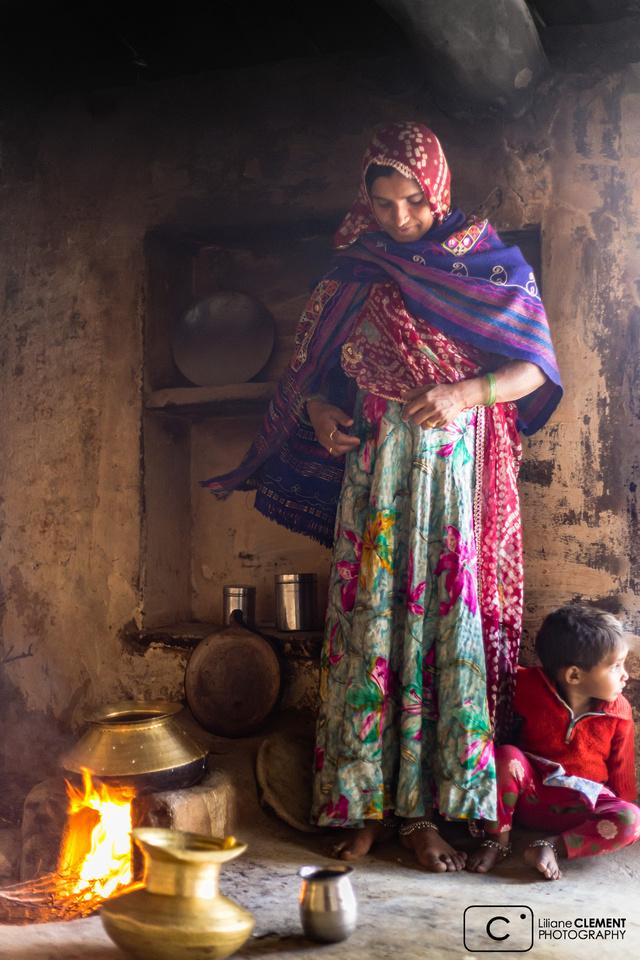 Femme dans sa cuisine à Narlay